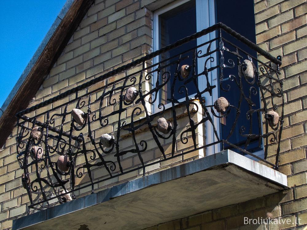 #broliųkalvė balkonas su akmenukais (2)